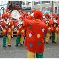 Schmutziger Donnerstag: Die Clowngruppe spielte auf der Marktstätte.