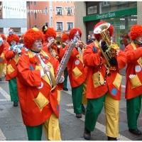 Schmutziger Donnerstag: Die Clowngruppe marschiert durch die Stadt.