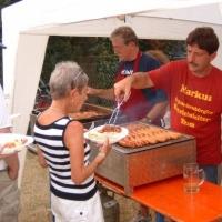 Schneckenburg-Gartenfest beim Martin Fistler im Garten: Dann gab es Essen.