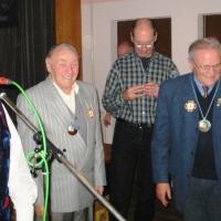 Ordenverleihung als Kaffeekränzle in der Linde. Landvogt Wolfgang Jentsch überreicht den Ehrenpräsidenten Alex Volz und Paul Bischoff die Orden vom Hegau-Bodensee.