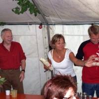 Räuberfest bei Ferdi: An die neuen Mitglieder wurden vom Räuberhauptmann Armin Ott die Beitrittsurkunden verteilt.