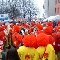 Schmutziger Donnerstag: Die Clowngruppe vor dem Südkurier.