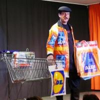 11.11. in der Linde: Gesungen wird heute nicht, meinte Markus Deutinger bei seiner Tüten-Nummer.