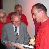 80. Geburtstag von Paul Bischoff: Gerd Zachenbacher überreichte das Geschenk der Clowngruppe.