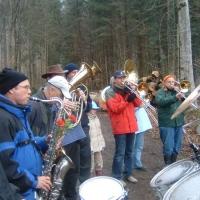 Narrenbaumholen in Hegne: Nach dem Fällen spielte die Clowngruppe.