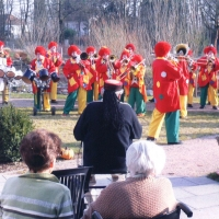 Rosenmontag: Martin Fistler hörte gebannt seiner Clowngruppe zu.