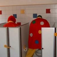 Schmutziger Donnerstag: Die Clowngruppe muss mal.