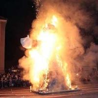 Verbrennung auf dem Stefansplatz: Dann ging die Puppe in Flammen auf.