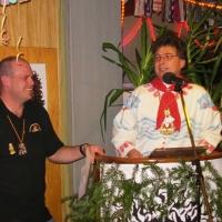 15 Jahre Schneeschreck: Andreas Greis überreichte das Geschenk von der Vereinigung Maskentragender Vereine Konstanz.