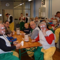 Rosenmontag: Gemeinsames Frühstücken der Clowngruppe.