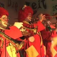Rosenmontag: Die Clowngruppe beim Auftritt in Moos.