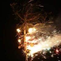Narrenbaumstellen auf dem Gottmannplatz: Als er stand, wurde an der Spitze ein Feuerwerk entzündet.