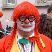 """Schmutziger Donnerstag: Clown Uwe Fiedler mit """"neuer"""" Perücke."""