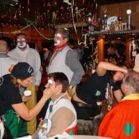 Schmutziger Donnerstag: Schminken der Clowngruppe im Bouleclub.
