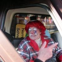 Umzug am Fasnachtssonntag: Elli Bischoff durfte im Schneeschreck-Auto mitfahren.