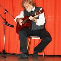 11.11. in der Linde: Konrad Kraus begleitete sie an der Gitarre.