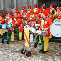 Rosenmontag mit der Clowngruppe: Konzert vor dem Münster.