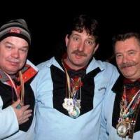 Die Elferräte Uwe Fiedler, Markus Deutinger und Heinz Auer beim Fasnachtsball der Schneckenburg im Konzil. Gut eingepackt hatte man Dienst an der Türe.