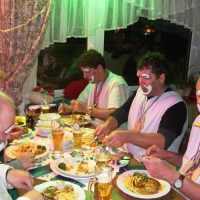Rosenmontag mit der Clowngruppe: Essenspause in Überlingen am Ried.