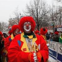 Schmutziger Donnerstag: Die Clowngruppe lief beim Südkurier auf dem Fischmarkt ein.