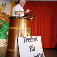 11.11. in der Linde: Gene Bruderhofer diesmal als Demonstrant.