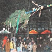 Narrenbaumsetzen auf dem Gottmannplatz: Der Baum wird gestellt.