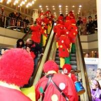 Schmutziger Donnerstag: Rolltreppe fahren im Seerheincenter. Ein jährlicher Spass für Jung und Alt.