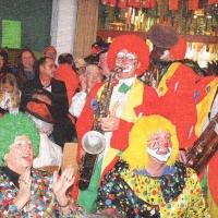 Rosenmontag: Spielen der Clowngruppe beim Speckessen.