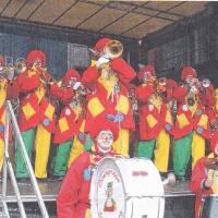 Schmutziger Donnerstag: Spielen der Clowngruppe auf der Marktstätte.