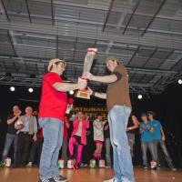 Männerballett-Treffen vom Schneeschreck: Ansager Arthur Bruderhofer überreichte den Pokal an den Sieger.