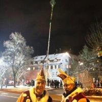 Narrenbaumstellen auf dem Gottmannplatz: Die Elferräte Jörg Deicher und Heinz Auer stehen stolz vor dem Baum.