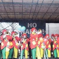 Schmutziger Donnerstag: Die Clowngruppe beim Spielen auf der Marktstätte.