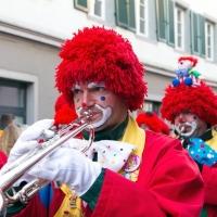 Umzug am Fasnachtssonntag in der Stadt: Gefolgt von der Clowngruppe.