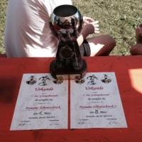 Fussball-Turnier der Giraffen: Die Siegerurkunden der beiden Teams.