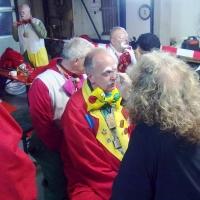Schmutziger Donnerstag: Die Clowngruppe beim Schminken.