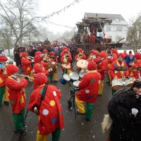Hegau-Bodensee-Umzug in Allensbach: Die Clowngruppe spielte am Aufstellungsplatz.