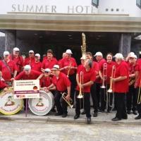 Die Clowngruppe in Calella (bei Barcelona): Die Musiker standen vor dem Hotel für die Auftritte parat.