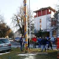 Narrenbaumfällen auf dem Gottmannplatz: Nun wurden Seile zur Sicherung um den Stamm gelegt.