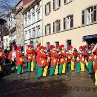 Rosenmontag mit der Clowngruppe: Bei schönem Wetter ergaben sich kurze Platzkonzerte.