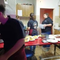 11.11. der Schneckenburg: Das Thekenpersonal bereitete das Essen für den Abend vor.