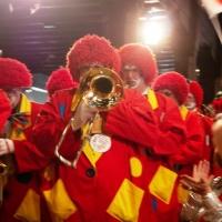 Internationaler Frühschoppen im Konzil: Die Clowngruppe beim Einmarsch.