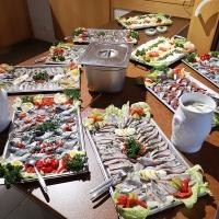 Hering Essen im Bouleclub: Die reichhaltigen Fisch- und Käseplatten  standen bereit.