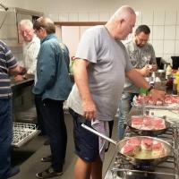 Auf der Clowngruppen-Hütte: Küchenchef Arno und Gehilfe Tony  bereiten das Abendessen vor.