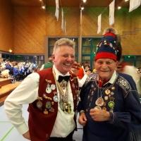 Der Schneckenbürgler Ehrenpräsident Paul Bischoff beglückwünschte Delev Görn zu seinem neuen Titel.