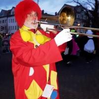Narrenbaum Stellen auf dem Gottmannplatz: Auf dem Platz spielte die Schneckenbürgler Clowngruppe unter der Leitung von Gerd Zachenbacher.