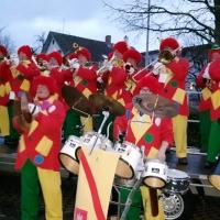 Narrenbaum Stellen auf dem Gottmannplatz: Die Clowngruppe spielte auf dem Platz.
