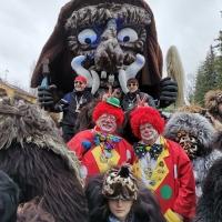 Reichenauer Jubiläumsumzug: Zwei Clowns inmitten des Schneeschrecks.