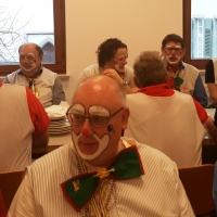 Rosenmontag: Die Clowngruppe erholte sich beim Speckessen der Kamelia.