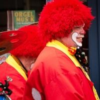 Rosenmontag: Die Clowngruppe auf der Gass'.
