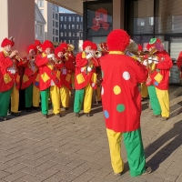 Schmutziger Donnerstag: Vor dem Edeka Baur spielte die Clowngruppe.